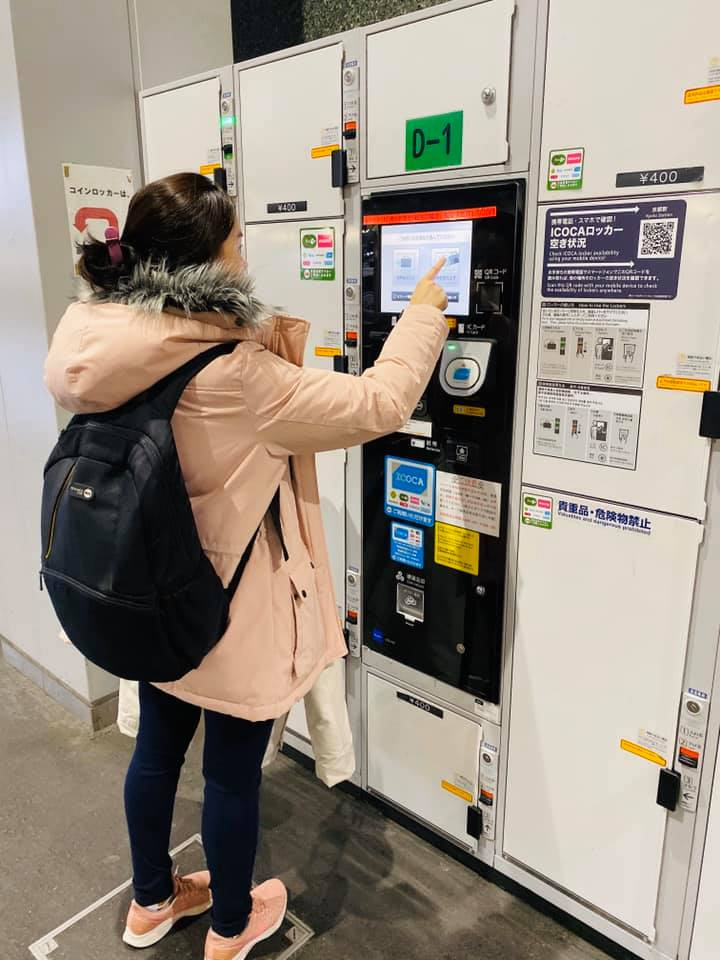 Using lockers at Japanese stations to store the luggage or bag