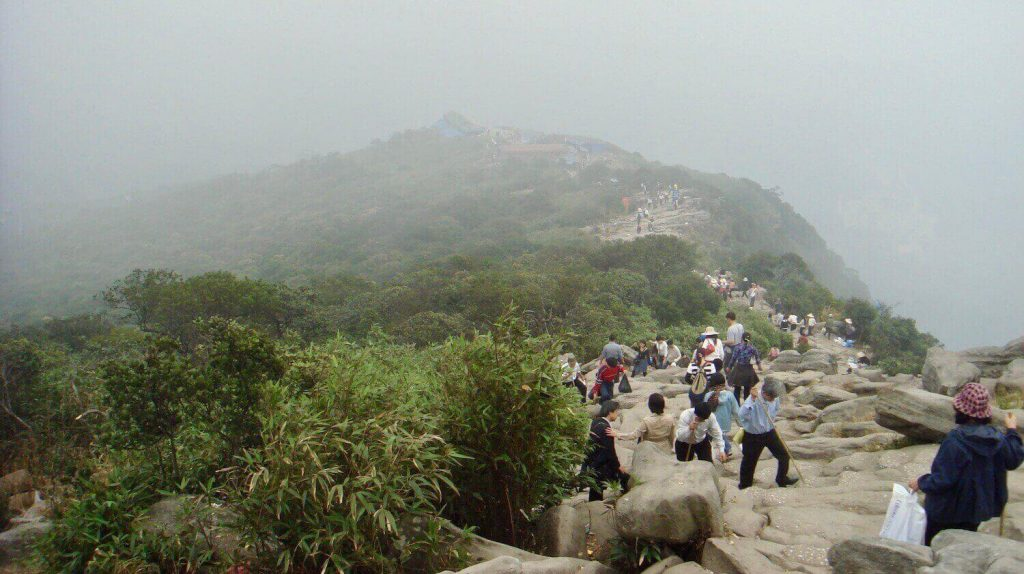 People are trekking to the top of Yen Tu Mountain