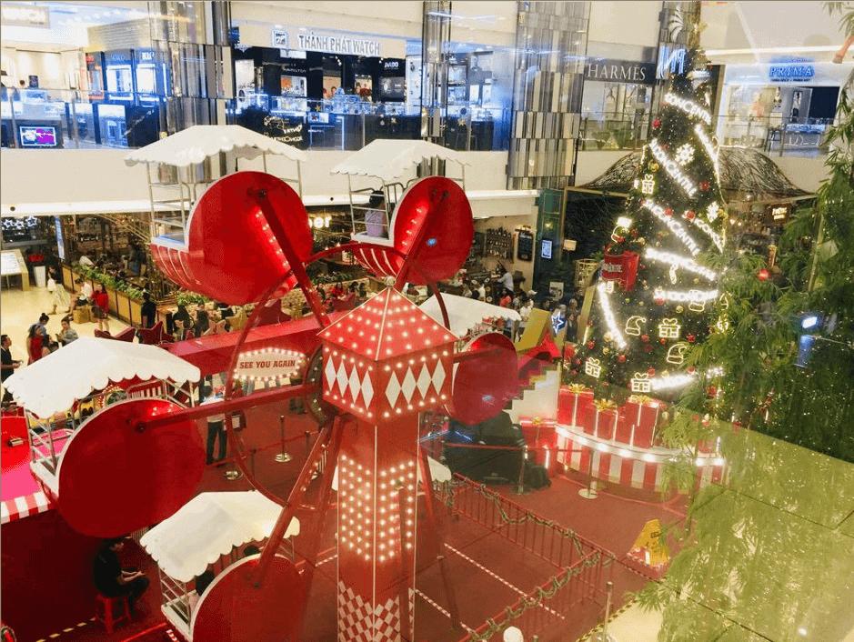 The Santa wheel inside Takashimaya